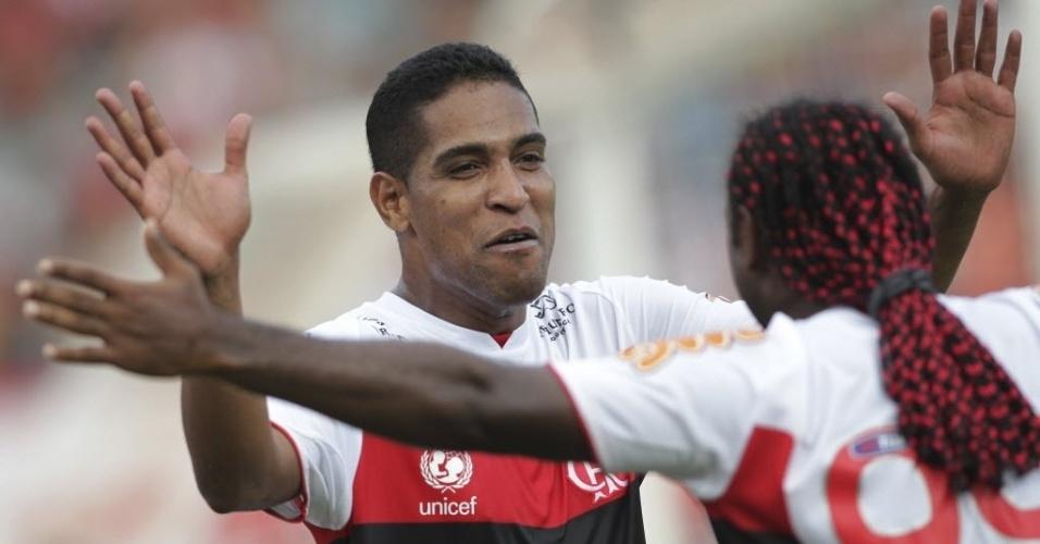 Cléber Santana comemora com Vágner Love seu gol marcado na partida entre Flamengo e Atlético-GO
