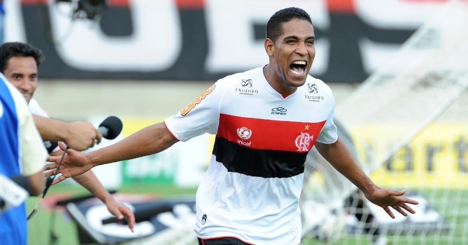 Cléber Santana comemora o primeiro gol do Flamengo