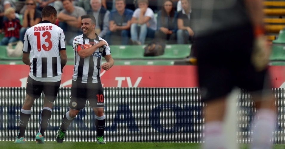 Di Natale (dir) comemora o seu gol no duelo contra o Milan