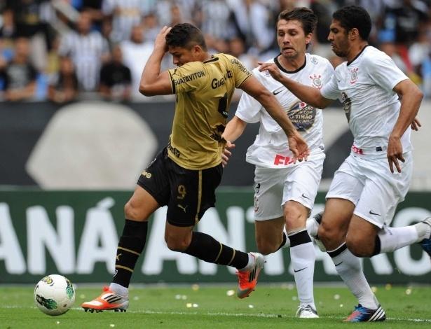 Elkeson tenta a jogada com a marcação de Wallace e Paulo André na partida entre Botafogo e Corinthians