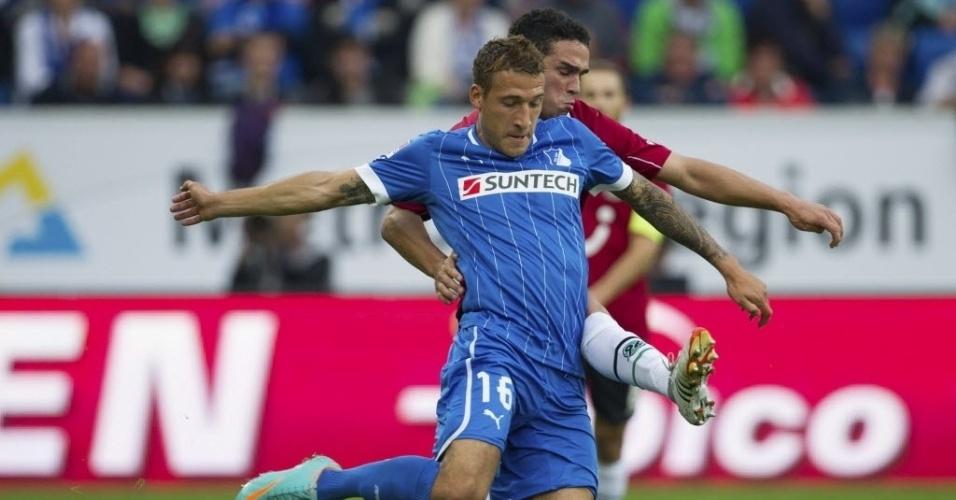 Fabian Johnson (azul), do Hoffenheim, luta pela bola com Manuel Schmiedebach, do Hannover, pelo Campeonato Alemão