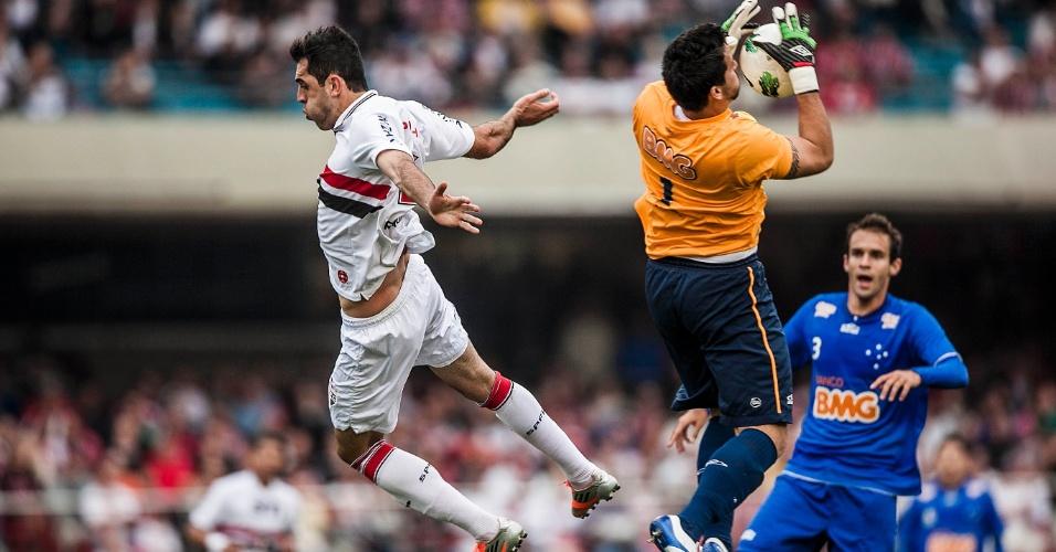 Fábio sobe para agarrar a bola e evitar que Rodolfo fizesse o gol para o São Paulo