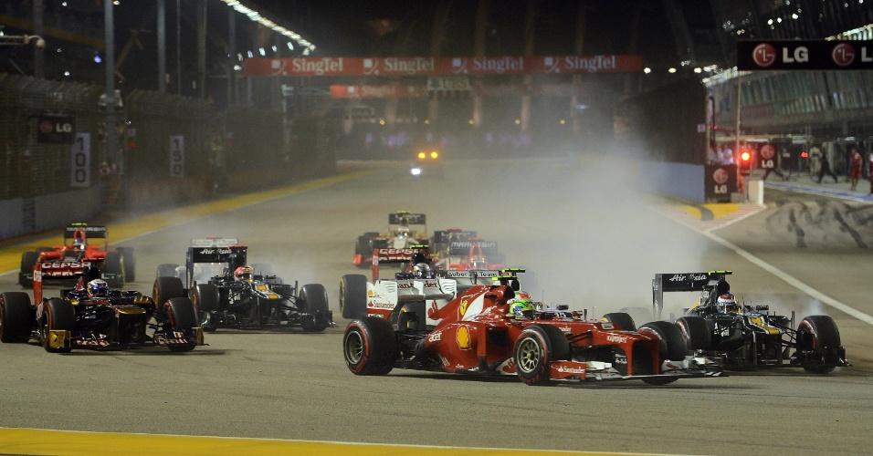 Felipe Massa divide as primeiras curvas do GP de Cingapura com uma Caterham, no fundo do grid