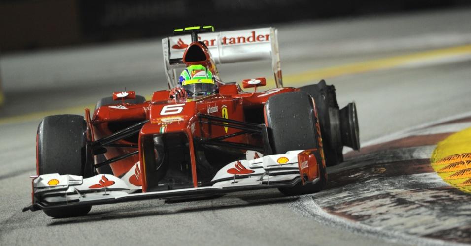 Felipe Massa guia sua Ferrari com um dos pneus furados no GP de Cingapura, que ele terminou na oitava posição
