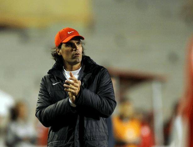 Fernandão aplaude desempenho do Internacional na partida contra o Bahia, em Porto Alegre