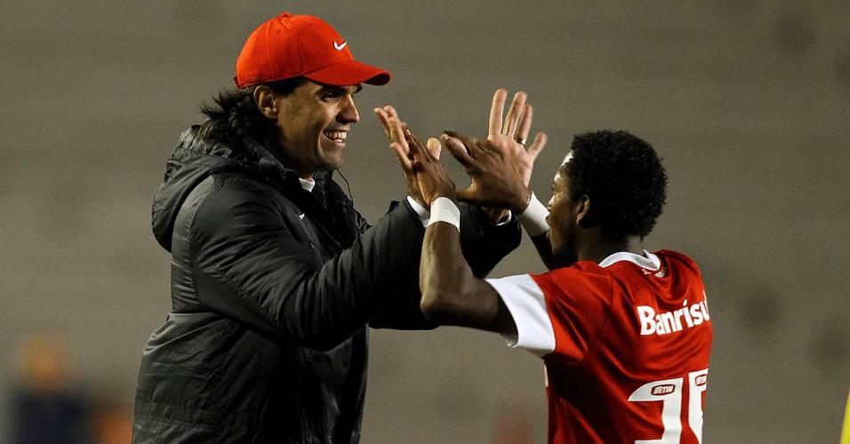 Fred cumprimenta o treinador Fernandão após marcar um gol para o Internacional contra o Bahia