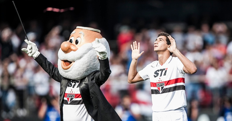 Ganso entra no gramado do Morumbi com a camisa do São Paulo e é acompanhado pelo mascote do clube
