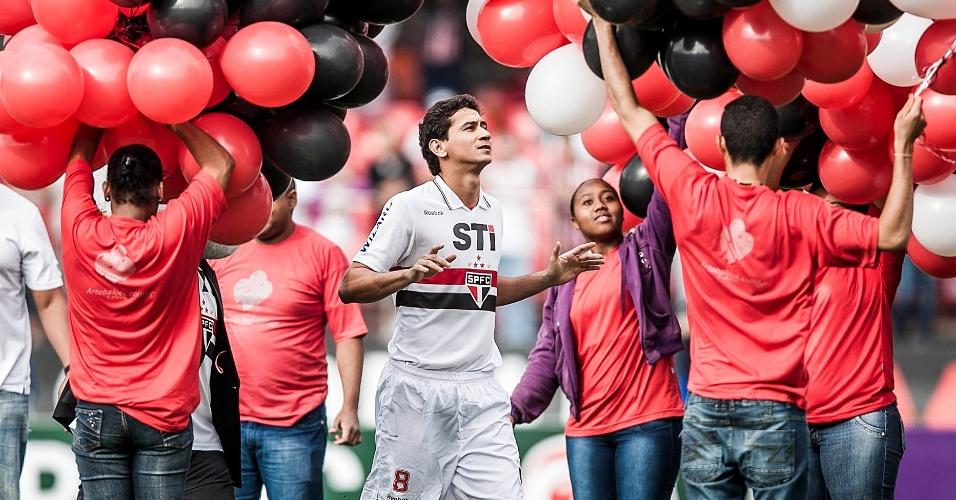 Ganso entra no gramado do Morumbi com a camisa do São Paulo festejado pela torcida