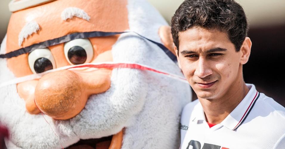 Ganso posa ao lado do mascote do São Paulo no Morumbi