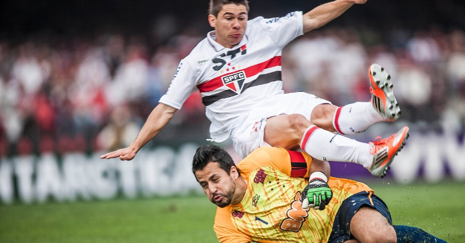 Goleiro Fábio e Osvaldo dividem a bola em lance da partida entre São Paulo e Cruzeiro, no Morumbi