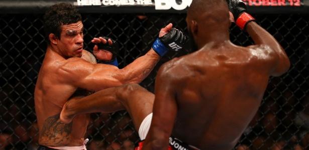 Jon Jones acerta chute em Vitor Belfort durante combate em Toronto, no UFC 152
