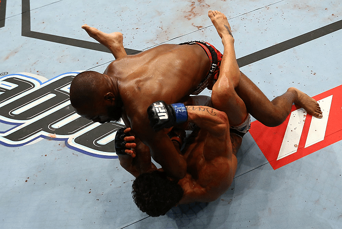 Jon Jones acerta cotovelada em Vitor Belfort durante a luta no UFC 152