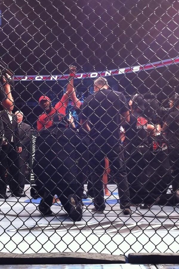 Jon Jones comemora após vencer Vitor Belfort na principal luta do UFC 152