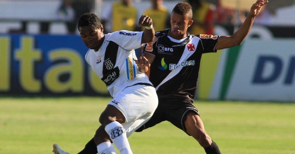 Nikão, da Ponte Preta, tenta a jogada com a marcação de Willian Matheus, do Vasco, em Campinas, no Moisés Lucarelli