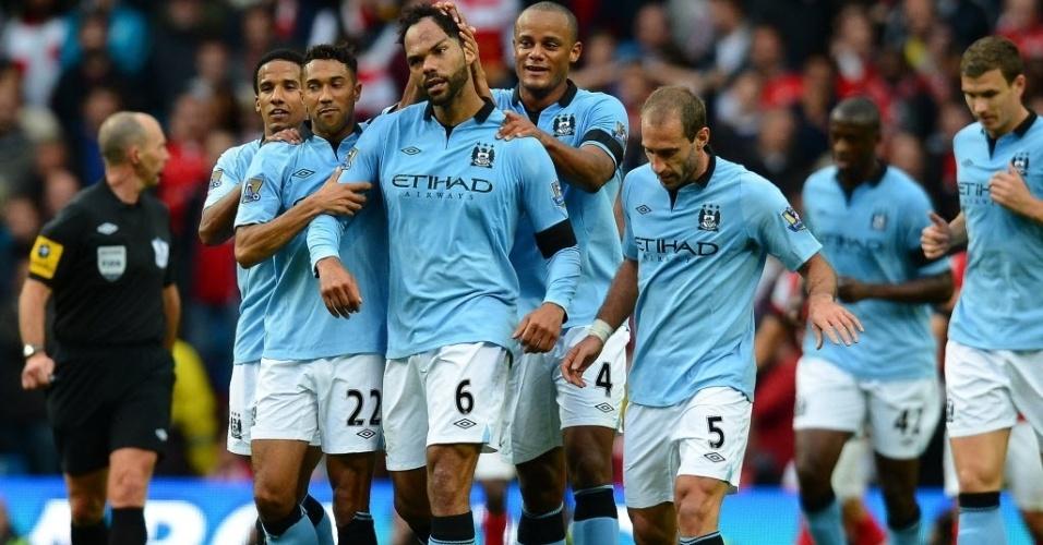 Lescott marca gol para o Manchester City e comemora com seus companheiros na partida contra o Arsenal pelo Campeonato Inglês