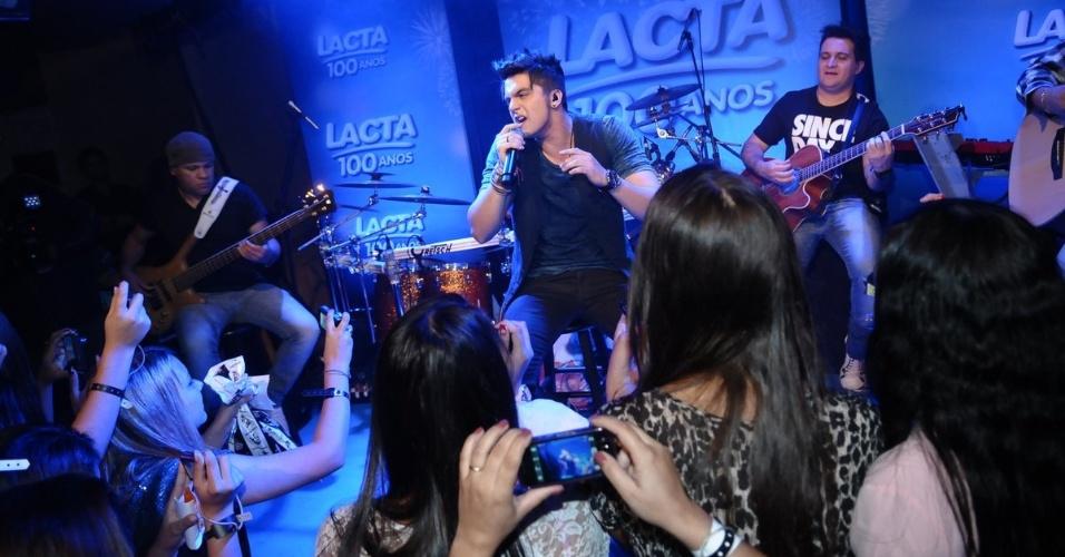 Luan Santana faz pocket show para ganhadora de promoção no Tom Jazz, em São Paulo (23/9/12)