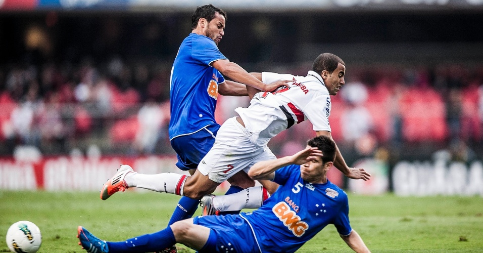 Lucas, do São Paulo, cai em lance Marcelo Oliveira, do Cruzeiro