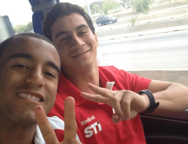 Lucas publicou em seu Twitter uma foto com o seu novo companheiro de time a caminho do Morumbi