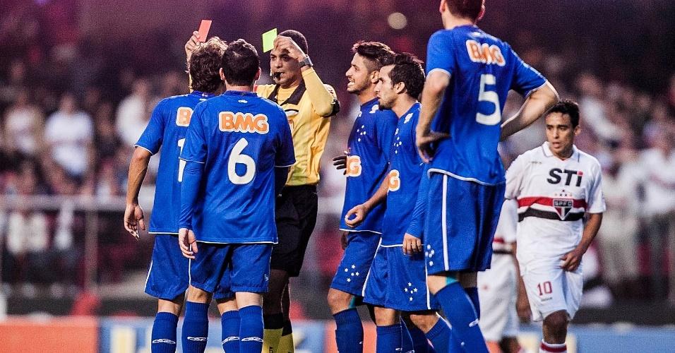 Lucas Silva é expulso após segurar Casemiro, já no final da partida, que terminou com a vitória do São Paulo por 1 a 0