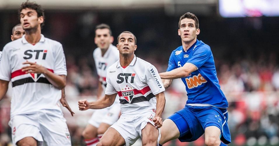 Lucas, do São Paulo, aguarda a chegada da bola para tentar a finalização na partida contra o Cruzeiro