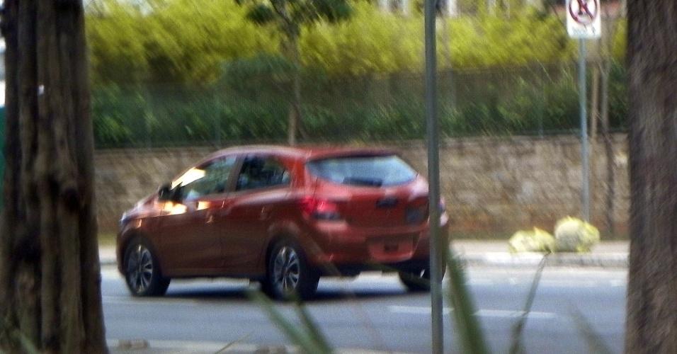 Onix é visto apenas com logo da Chevrolet coberto durante filmagem na avenida Doutor Chucri Zaidan, em São Paulo (SP)