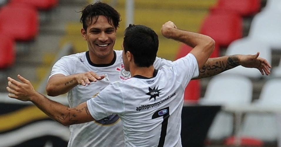 Paolo Guerrero comemora com Mart&#237;nez gol marcado na partida do Corinthians contra o Botafogo