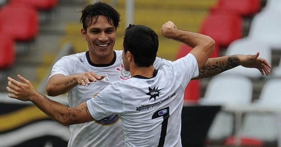Paolo Guerrero comemora com Martínez gol marcado na partida do Corinthians contra o Botafogo