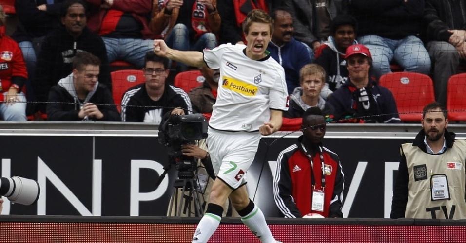 Patrick Herrmann, do Borussia Moenchengladbach, comemora seu gol contra o Bayer Leverkusen