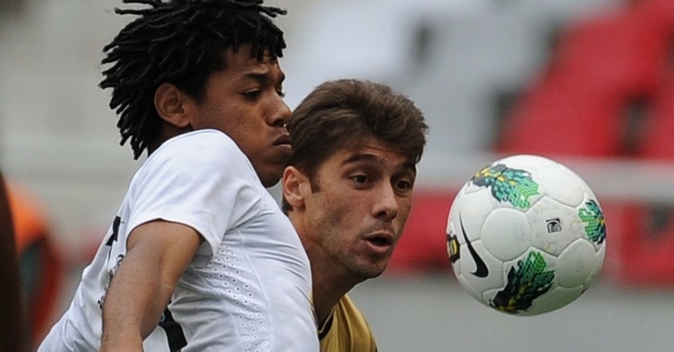 Romarinho e Felipe Gabriel disputam a bola na partida entre Botafogo e Corinthians, pela 26&#170; rodada do Brasileir&#227;o
