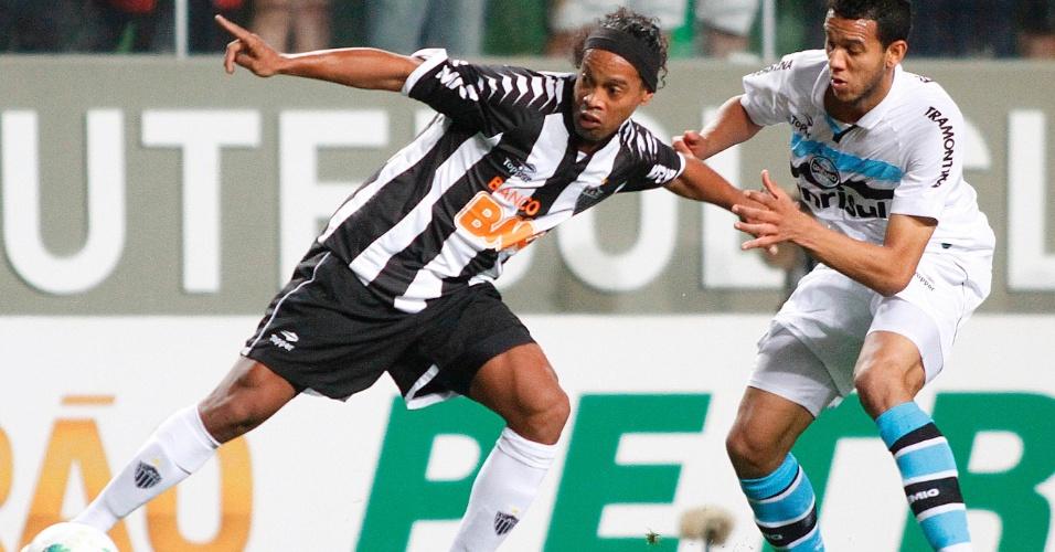 Ronaldinho Gaúcho, do Atlético-MG, tenta a jogada na partida contra o Grêmio pela 26ª rodada do Brasileirão