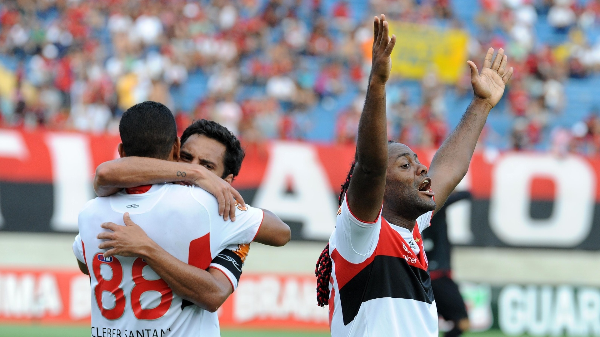 Vgner Love comemora gol marcado por Clber Santana na partida do Flamengo contra o Atltico-GO