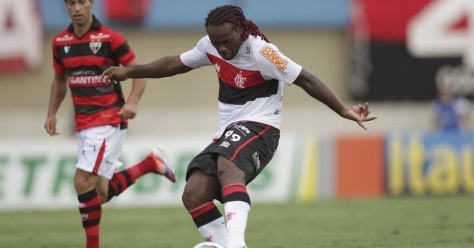 Vágner Love tenta a finalização na partida entre Flamengo e Atlético-GO, pela 26ª rodada do Brasileirão