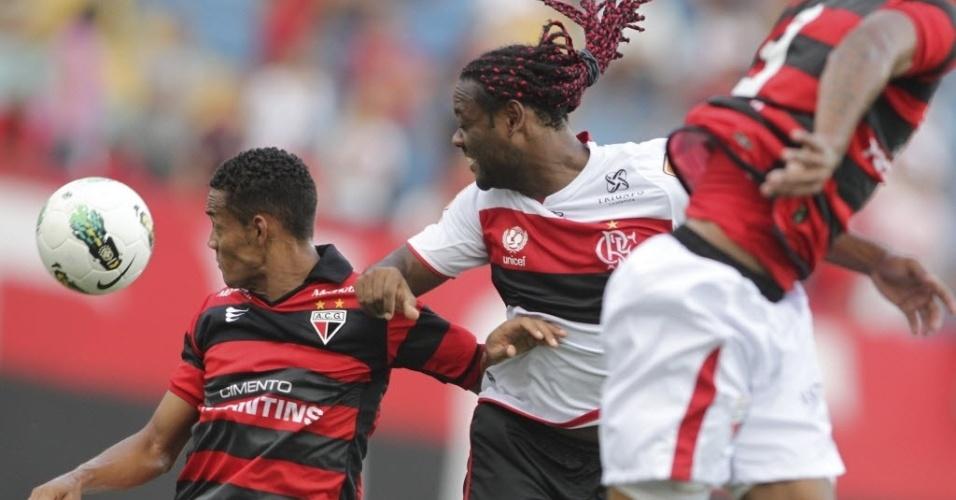 Vágner Love tenta a finalização na partida entre Flamengo e Atlético-GO pela 26ª rodada do Brasileirão