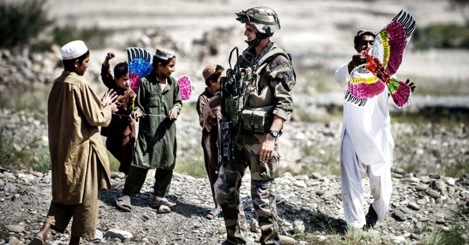 24.set.2012 - Crianças afegãs recebem pipas de soldados franceses em uma vila às margens da estrada para Naghlu, onde fica a base do exército francês no Afeganistão. Os brinquedos foram produzidos por uma associação de estudantes franceses
