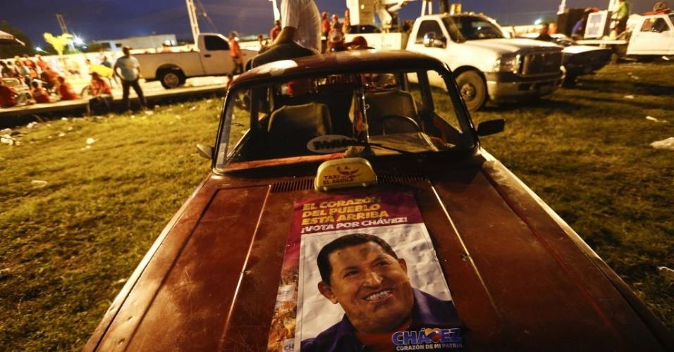 24.set.2012 - Eleitor do presidente da Venezuela e candidato à reeleição, Hugo Chávez, durante campanha eleitoral em Acarigua, na Venezuela