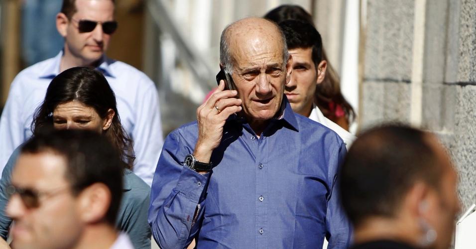 24.set.2012 - Ex-primeiro-ministro israelense Ehud Olmert fala ao telefone enquanto deixa tribunal de Jerusalém, em Israel. Olmert foi condenado por corrupção, mas terá apenas que pagar multa de 75 mil shekels