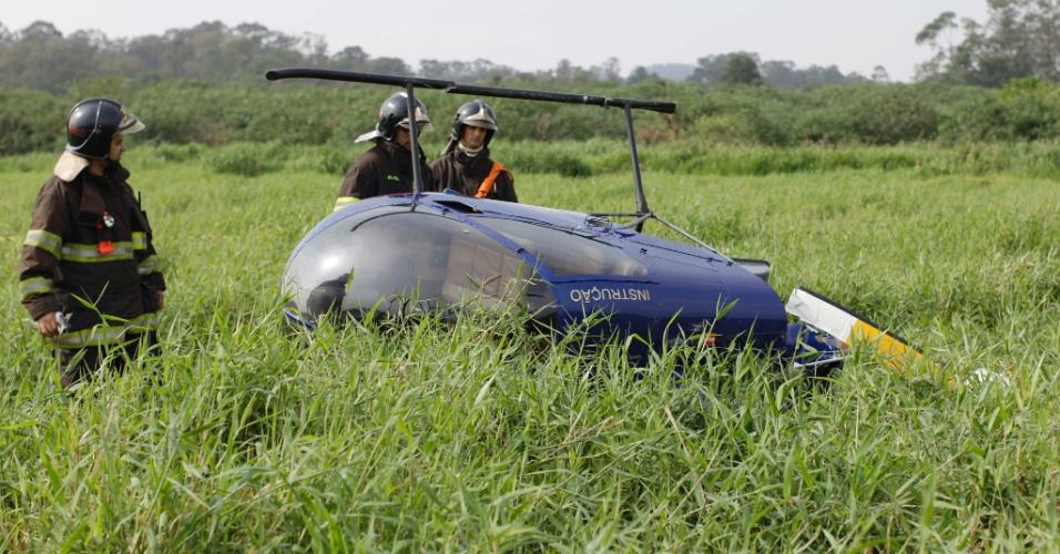 24.set.2012 - Helicóptero faz pouso forçado na rodovia Ayrton Senna, em Guarulhos, na Grande São Paulo