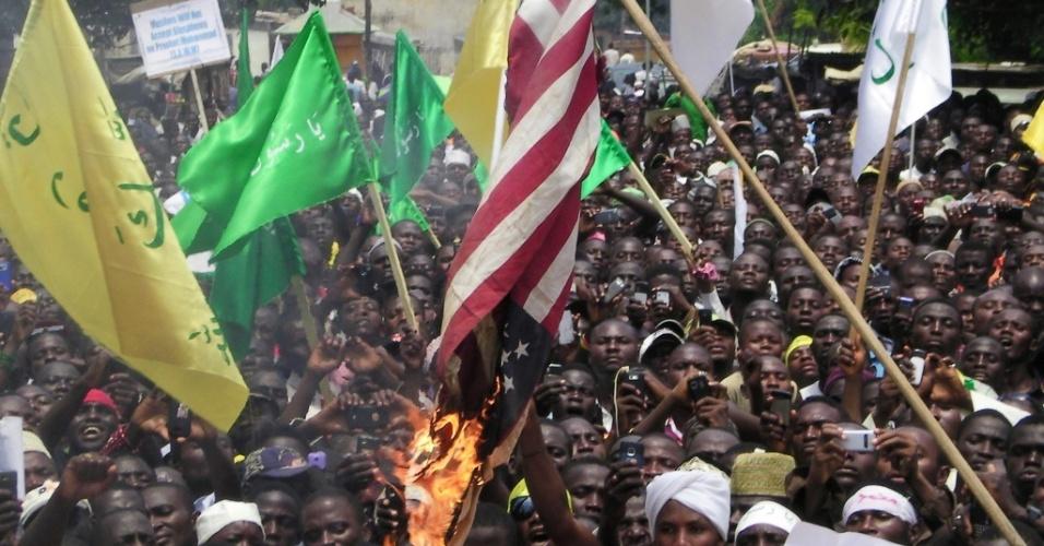 24.set.2012 - Manifestantes queimam a bandeira dos Estados Unidos durante protesto na cidade de Kaduna, na Nigéria