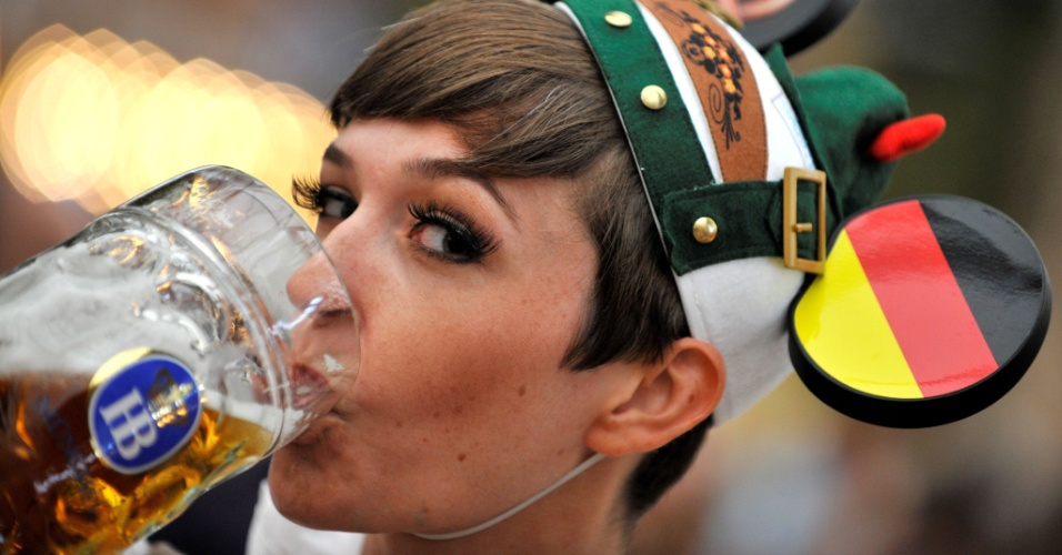 24.set.2012 - Mulher bebe cerveja durante Oktoberfest, na Alemanha