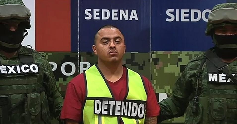 24.set.2012 - O governo mexicano divulgou nesta segunda-feira (24) a foto de Adrían Gonzáles Martínez (centro), suposto líder do cartel do Golfo e preso pelas autoridades do país