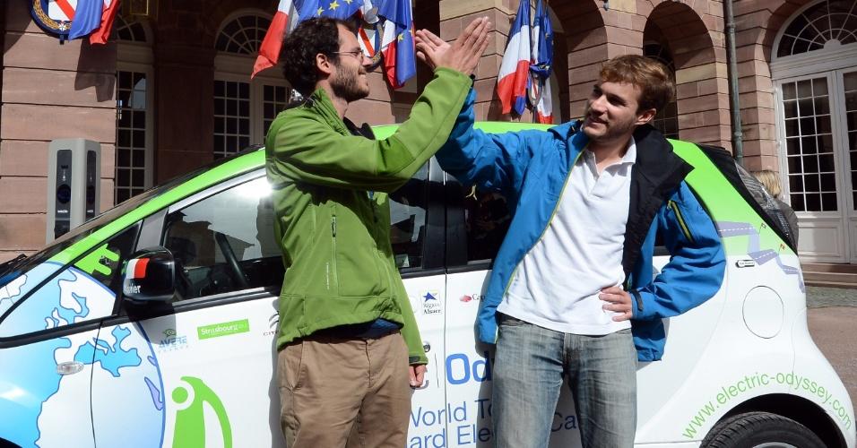 24.set.2012 - Os engenheiros franceses Xavier Degon (esq.) e Antonin Guy (dir.) posam em frente a carro elétrico, em Estrasburgo, na França. Eles completaram uma viagem de 200 dias pelo mundo com o carro, dirigindo por mais de 25 mil quilômetros e por 17 países. Os dois tentaram provar que os carros elétricos podem ser usados em qualquer situação