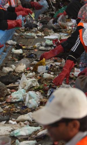 24.set.2012 - Palestinos separam lixo para produção de composta em uma estação em Rafah, ao sul da Faixa de Gaza. A ONU e outros doadores internacionais financiam diversos projetos de tratamento de lixo no território palestino
