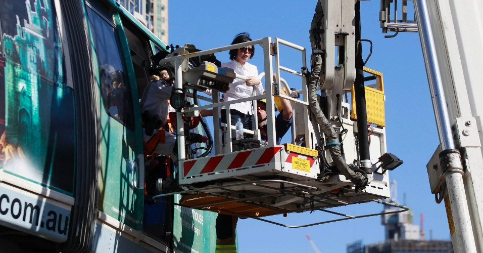 24.set.2012 - Passageira é resgatada de monotrilho que parou entre duas estações no centro de Sydney, na Austrália, nesta segunda-feira (24)