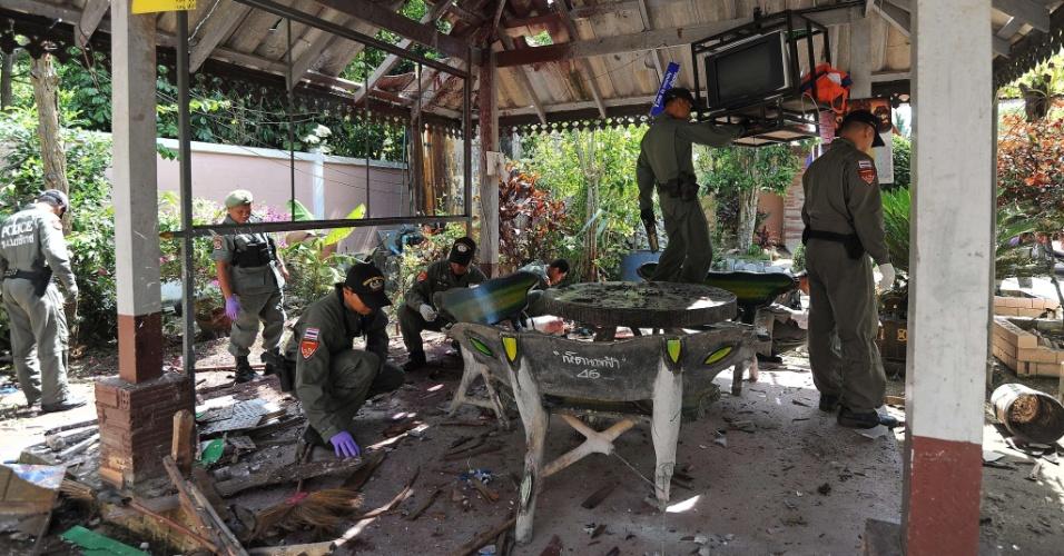 24.set.2012 - Policiais inspecionam pavilhão de uma escola destruído após explosão de bomba nesta segunda-feira (24), em um ataque supostamente perpetrado por militantes separatistas, em Narathiwat (Tailândia)