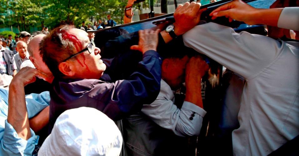 24.set.2012 - Sul-coreanos enfrentam a polícia em protesto contra o governo japonês em frente à embaixada do país em Seul