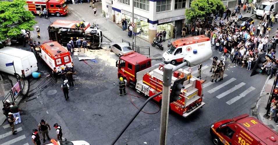 24.set.2012 - Um pedestre morreu em um grave acidente envolvendo uma van, um caminhão e três carros que bateram na esquina das ruas São Paulo e Goitacazes, no centro de Belo Horizonte (MG). Outros cinco pedestres ficaram feridos e foram levados para o hospital de pronto-socorro João XXIII. Testemunhas contaram que a van descia a rua Goitacazes, quando perdeu o freio, atingindo três carros e um caminhão. Em seguida, caminhão e van tombaram no meio da rua. A van atingiu seis pedestres que estavam na calçada da esquina, matando um deles e ferindo os outros cinco