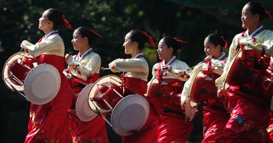 24.set.2012 - Universitárias sul-coreanas vestidas com roupas tradicionais dançam durante cerimônia em homenagem a Confúcio, em Seul, na Coreia do Sul
