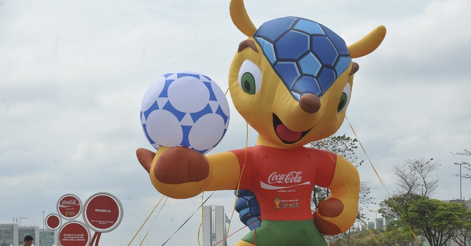 Boneco inflável de 7 metros de altura do tatu-bola mascote da Copa-2014 é exposto na Esplanada dos Ministérios em Brasília (24/09/12)