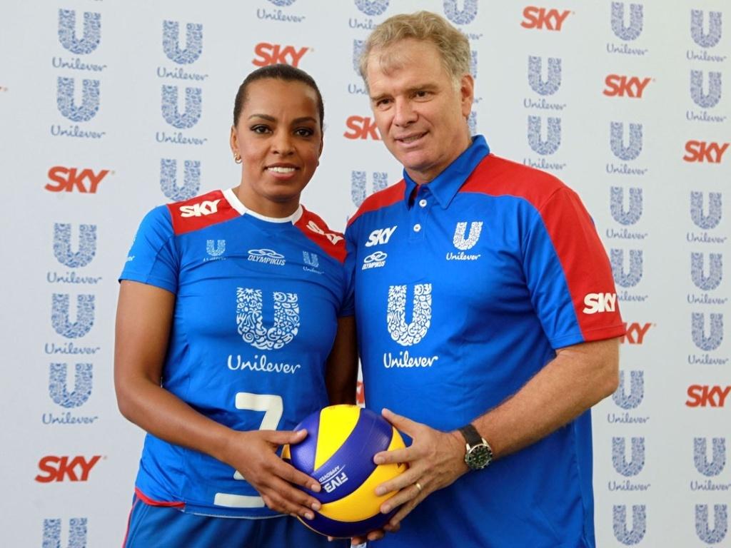 Fofão e Bernardinho posam para foto durante apresentação da equipe Unilever, no Rio de Janeiro