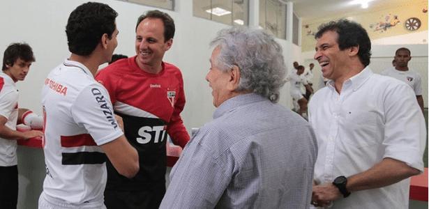Ganso cumprimenta ídolo e capitão Rogério Ceni sob as vistas do presidente Juvenal Juvêncio e do auxiliar Milton Cruz